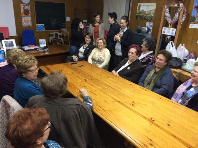 Autoridades municipales participan en las actividades organizadas con motivo del Día de la Mujer impulsadas por la Asociación de Amas de Casa, Usuarios y Consumidores las Tres Avemarías, Foto 3