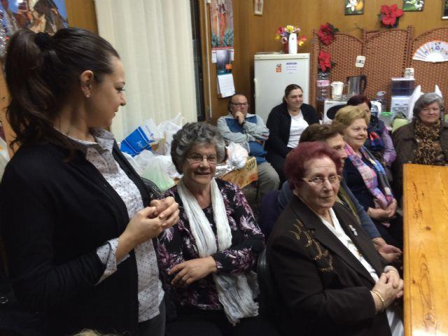 Autoridades municipales participan en las actividades organizadas con motivo del Día de la Mujer impulsadas por la Asociación de Amas de Casa, Usuarios y Consumidores las Tres Avemarías, Foto 4