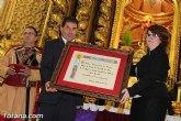 El Ayuntamiento entrega el Escudo de Oro de la Ciudad de Totana a la compañía de Los Armaos con motivo de su 250 aniversario