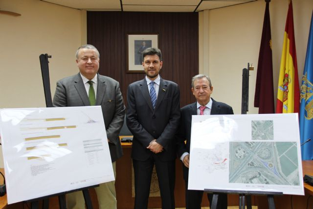 El consejero de Fomento visita la localidad para anunciar la construcción de la rotonda que unirá la A-7 con la RM-2, Foto 1