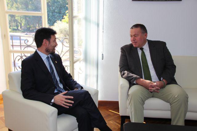 El consejero de Fomento visita la localidad para anunciar la construcción de la rotonda que unirá la A-7 con la RM-2, Foto 2