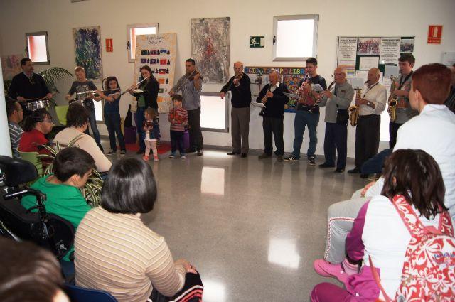 La Orquesta de La Dolorosa ofrece un mini-concierto a los usuarios del Centro de Día de Personas con Enfermedad Mental y Centro Ocupacional José Moyá Trilla, Foto 1