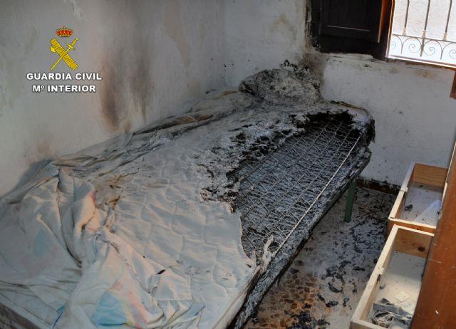 La Guardia Civil detiene a un individuo por incendiar una vivienda con sus moradores en Totana, Foto 1