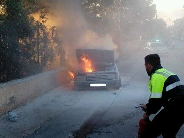 Bomberos y Policía Local sofocan el incendio de un vehículo en la carretera de La Santa, en las proximidades de la Cruz de la Misión, Foto 1