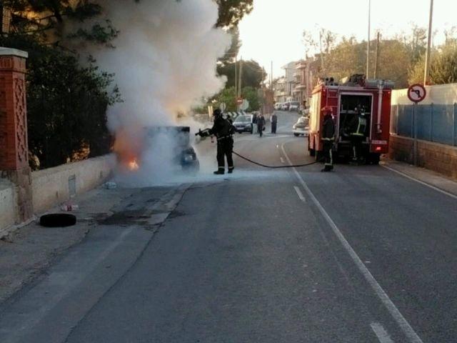 Bomberos y Policía Local sofocan el incendio de un vehículo en la carretera de La Santa, en las proximidades de la Cruz de la Misión, Foto 2