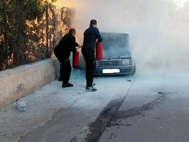 Bomberos y Policía Local sofocan el incendio de un vehículo en la carretera de La Santa, en las proximidades de la Cruz de la Misión, Foto 3