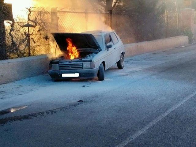 Bomberos y Policía Local sofocan el incendio de un vehículo en la carretera de La Santa, en las proximidades de la Cruz de la Misión, Foto 4