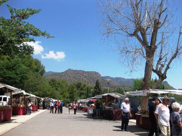 Numerosas personas visitan el mercado artesano que se celebra cada último domingo de mes en el Santuario de La Santa, Foto 1