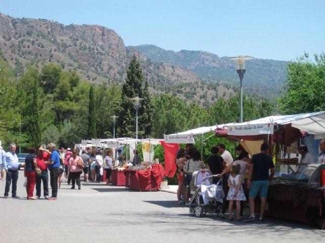 Numerosas personas visitan el mercado artesano que se celebra cada último domingo de mes en el Santuario de La Santa, Foto 2