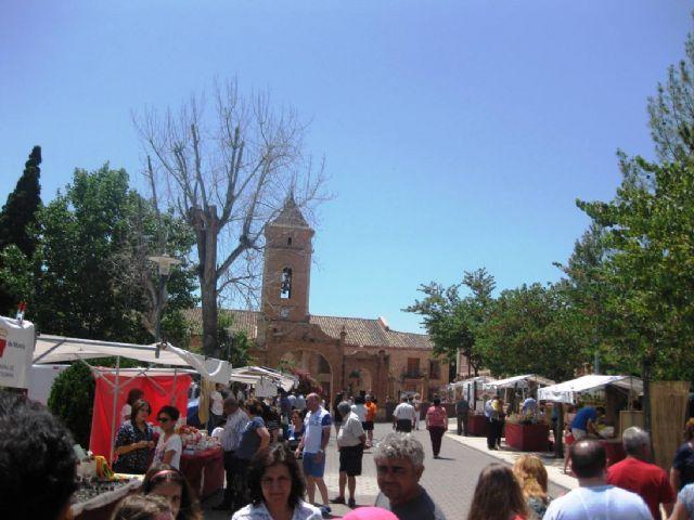 Numerosas personas visitan el mercado artesano que se celebra cada último domingo de mes en el Santuario de La Santa, Foto 3
