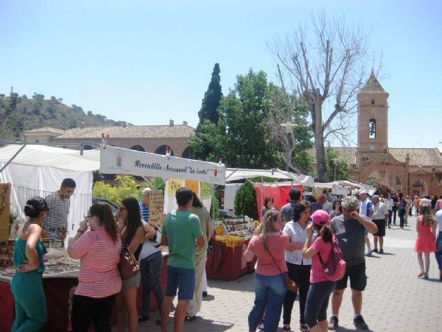 Numerosas personas visitan el mercado artesano que se celebra cada último domingo de mes en el Santuario de La Santa, Foto 4