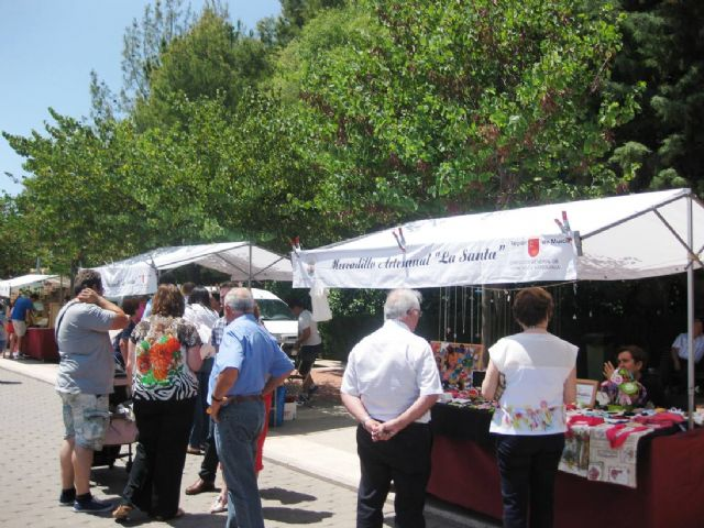 Numerosas personas visitan el mercado artesano que se celebra cada último domingo de mes en el Santuario de La Santa, Foto 5