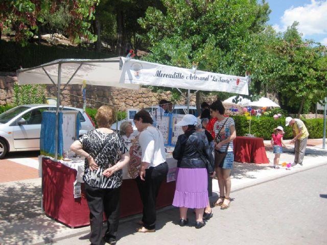 Numerosas personas visitan el mercado artesano que se celebra cada último domingo de mes en el Santuario de La Santa, Foto 6