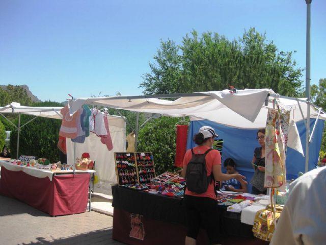 Numerosas personas visitan el mercado artesano que se celebra cada último domingo de mes en el Santuario de La Santa, Foto 7