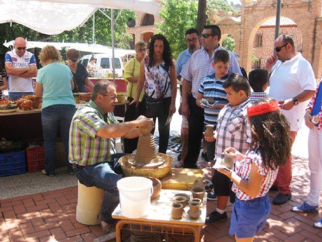 Numerosas personas visitan el mercado artesano que se celebra cada último domingo de mes en el Santuario de La Santa, Foto 8