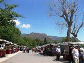 Numerosas personas visitan el mercado artesano que se celebra cada último domingo de mes en el Santuario de La Santa