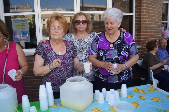 Start with the distribution of water-lemon between partners the program of activities of the Festival for the Elderly at the Centre de la Balsa Vieja, Foto 5