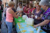 Comienza con el reparto de agua-limón entre los socios el programa de actividades de las Fiestas de Personas Mayores en el Centro de la Balsa Vieja