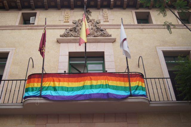 La bandera del arcoíris, emblema del colectivo LGTB, ondea por vez primera en el balcón del Ayuntamiento de Totana, Foto 2