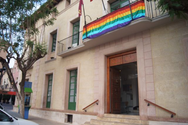 La bandera del arcoíris, emblema del colectivo LGTB, ondea por vez primera en el balcón del Ayuntamiento de Totana, Foto 4