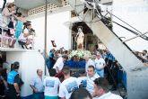 Centenares de personas acompañan a los pescadores en su homenaje a la Virgen del Carmen
