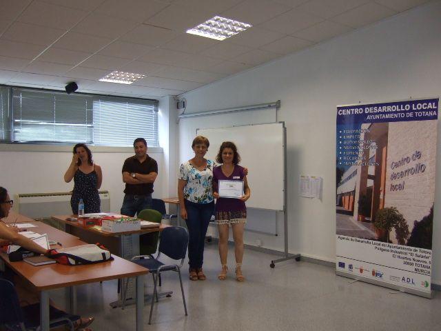 Se entregan los diplomas a los alumnos de los cursos de Prevención de Riesgos Laborales y Manipulador de Alimentos celebrados en el Centro de Desarrollo Local, Foto 1