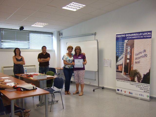 Se entregan los diplomas a los alumnos de los cursos de Prevención de Riesgos Laborales y Manipulador de Alimentos celebrados en el Centro de Desarrollo Local, Foto 2