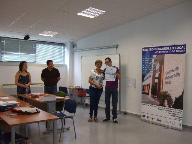 Se entregan los diplomas a los alumnos de los cursos de Prevención de Riesgos Laborales y Manipulador de Alimentos celebrados en el Centro de Desarrollo Local, Foto 4