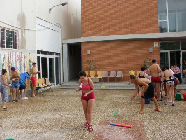 Usuarios del Centro Ocupacional José Moyá Trilla celebran la Fiesta del Agua dentro de las actividades de final del curso 2014/15, Foto 2