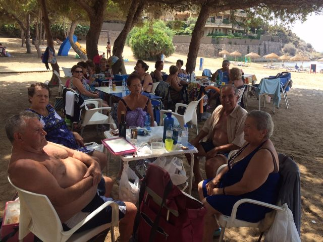 Autoridades municipales clausuran, con su visita, el programa de viajes a la Cala del Pino, Foto 2