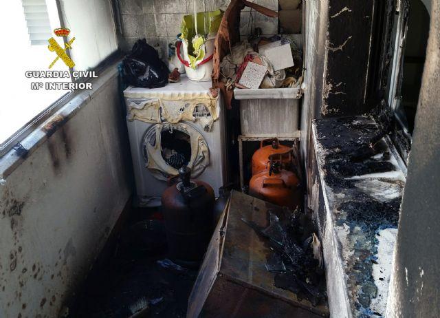 La Benemérita evacua a los moradores de una vivienda incendiada y a sus vecinos, Foto 1