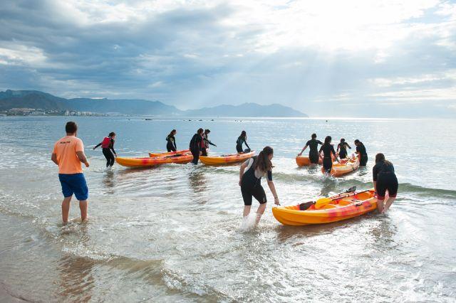 La Escuela Bahía Surf inicia a estudiantes de secundaria en la práctica de deportes acuáticos, Foto 1