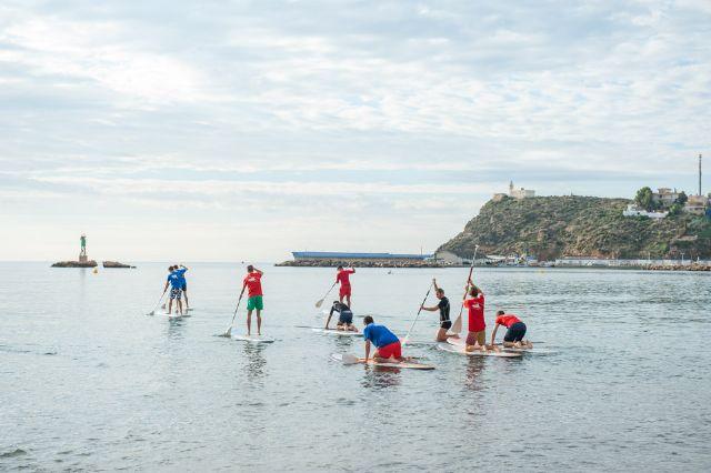 La Escuela Bahía Surf inicia a estudiantes de secundaria en la práctica de deportes acuáticos, Foto 2