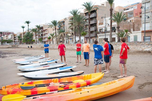 La Escuela Bahía Surf inicia a estudiantes de secundaria en la práctica de deportes acuáticos, Foto 3