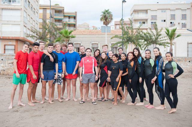 La Escuela Bahía Surf inicia a estudiantes de secundaria en la práctica de deportes acuáticos, Foto 4