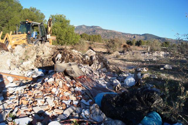 Limpian varias escombreras clandestinas repartidas por el municipio