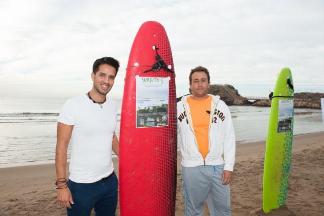 Una veintena de aficionados al surf compiten en la playa de bahía, Foto 1