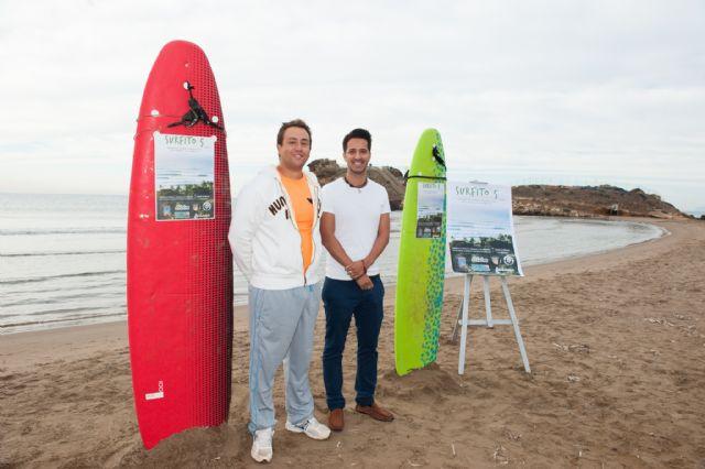 Una veintena de aficionados al surf compiten en la playa de bahía, Foto 2