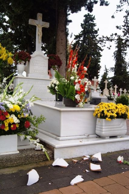 El viento y la lluvia provocan desperfectos en el cementerio, Foto 5