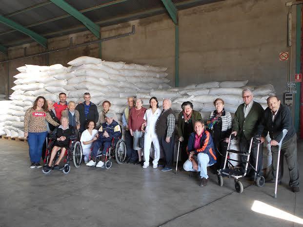 El Centro de Día para Personas Mayores Dependientes realiza una visita a un secadero de Totana dentro de las actividades lúdicas de otoño, Foto 1