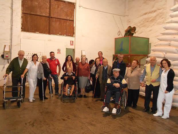 El Centro de Día para Personas Mayores Dependientes realiza una visita a un secadero de Totana dentro de las actividades lúdicas de otoño, Foto 8
