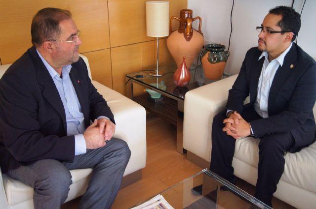 El alcalde se entrevista con el diputado nacional de Ecuador, Esteban Melo, Foto 1