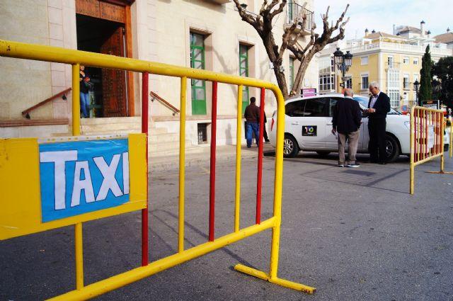 La parada municipal de taxis se traslada la puerta del Ayuntamiento de Totana mientras se produce la instalación y celebración de la Feria de Día, Foto 1