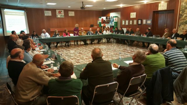 Visita de la consejera de Agua, Agricultura y Medio Ambiente, Adela Martínez Cachá a la cooperativa COATO, Foto 2