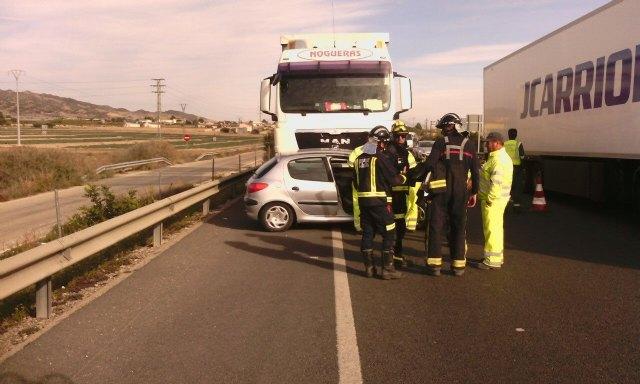 Servicios de emergencias atienden a la conductora de un turismo que ha sufrido un accidente en la autovía A-7, en Totana, Foto 1