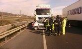 Servicios de emergencias atienden a la conductora de un turismo que ha sufrido un accidente en la autovía A-7, en Totana