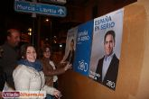 Comienza la campaña electoral con la tradicional pegada de carteles - Foto 9