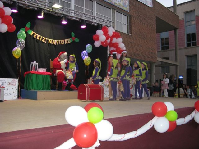 Dozens of children leave their letters to Santa Claus visit Totana in a great party atmosphere and excitement in the Plaza de la Balsa Vieja - 1