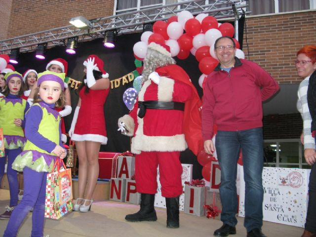 Dozens of children leave their letters to Santa Claus visit Totana in a great party atmosphere and excitement in the Plaza de la Balsa Vieja - 2