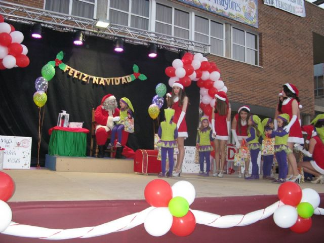 Dozens of children leave their letters to Santa Claus visit Totana in a great party atmosphere and excitement in the Plaza de la Balsa Vieja - 3